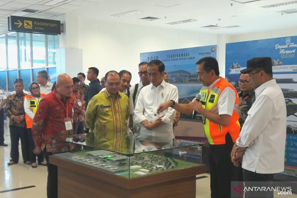 Presiden Joko Widodo (tengah) meresmikan terminal baru Bandara Depati Amir, Kota Pangkal Pinang, Provinsi Bangka Belitung (Babel), untuk untuk meningkatkan perekonomian daerah melalui sektor pariwisata. - Bisnis/Antara