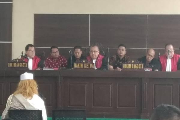 Jaksa penuntut umum (JPU) Kejaksaan Negeri (Kejari) Bogor meminta majelis hakim untuk menolak eksepsi Bahar bin Smith dalam sidang yang berlangsung di gedung Perpustakaan dan Arsip, Kota Bandung, Kamis (14/3). JIBI/Bisnis - Dea Andriyawan