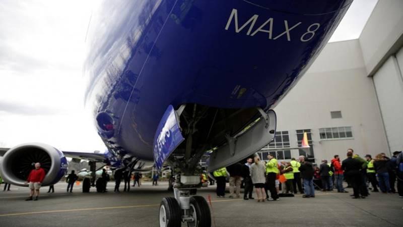 Karyawan Boeing di depan pesawat 737 MAX 8 yang sedang keluar dari jalur produksi di Renton, Washington, Amerika Serikat, pada 13 Maret 2018. - Reuters