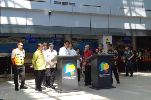 Presiden Joko Widodo (tengah) meresmikan terminal baru di Bandara Depati Amir di Pangkalpinang, Bangka Belitung, Kamis (14/3/2019). Pembangunan terminal itu membuat kapasitas bandara tersebut meningkat menjadi 1,5 juta penumpang. - Bisnis/Yodie Hardiyan