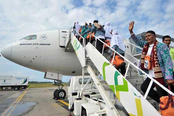 Jemaah calon haji asal melambaikan tangan kepada keluarga menjelang keberangkatan - ANTARA/Iggoy el Fitra
