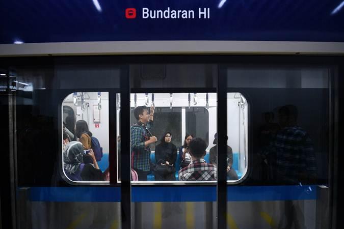 Warga mengikuti uji coba publik pengoperasian MRT (Mass Rapid Transit) fase I koridor Lebak Bulus - Bundaran HI di Stasiun Bundaran HI, Jakarta, Selasa (12/3/2019). - ANTARA/Sigid Kurniawan