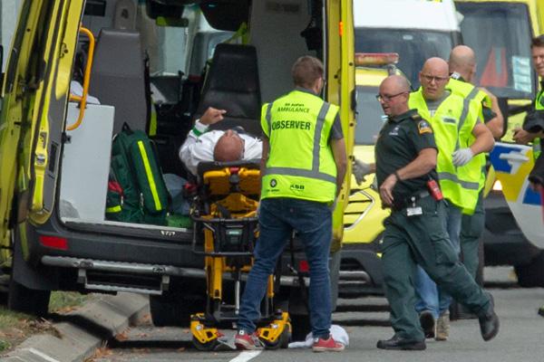 Korban penembakan di masjid Al Noor di Christchurch Selandia Baru Jumat (15/3/2019) diangkut ke ambulan. - Reuters/Martin Hunter
