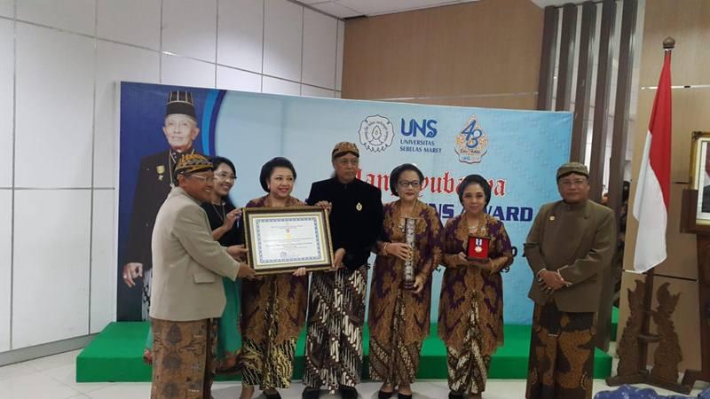 Rektor UNS Ravik Karsidi menyerahkan penghargaan  yang diterima oleh perwakilan putra-putri Sinuhun Paku Buana XII didampingi Ketua Senat UNS Suntoro. - Dok. UNS