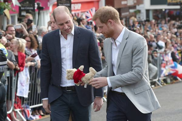 Pangeran Harry dan Duke of Cambridge melihat boneka beruang ketika mereka bertemu dengan anggota masyarakat di luar Istana Windsor menjelang pernikahan Harry ke Meghan Markle akhir pekan ini. - Reuters