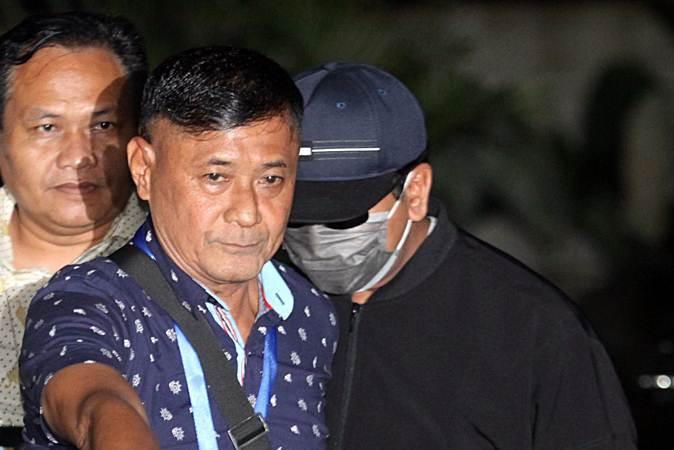 Ketua Umum Partai Persatuan Pembangunan (PPP) Romahurmuziy (mengenakan masker dan bertopi) digiring petugas saat tiba di Gedung KPK Merah Putih, Jakarta, Jumat (15/3/2019). - ANTARA/Reno Esnir