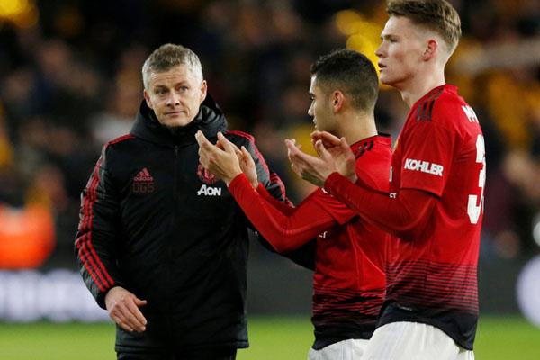 Pelatih Manchester United Ole Gunnar Solskjaer (kiri) tampak kecewa setelah anak asuhnya tersingkir dari Piala FA, bersama Scott McTominay (kanan) dan Andreas Pereira. - Reuters/Andrew Yates