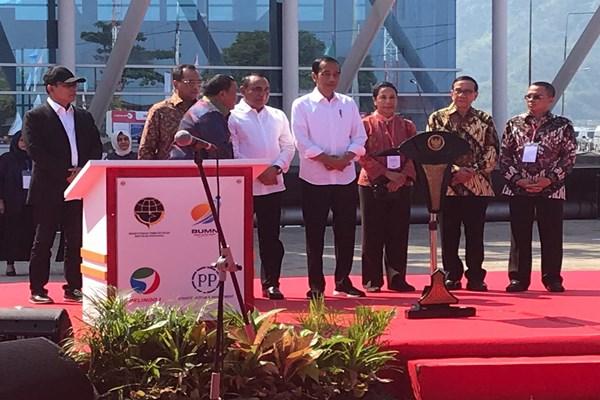 Presiden Joko Widodo (tengah) meresmikan operasional pengembangan Pelabuhan Sibolga, Sumatra Utara, bersama dengan Menteri Perhubungan Budi Karya Sumadi, Menteri BUMN Rini Soemarno dan para Kepala Daerah. - Bisnis/M. Abdi Amna