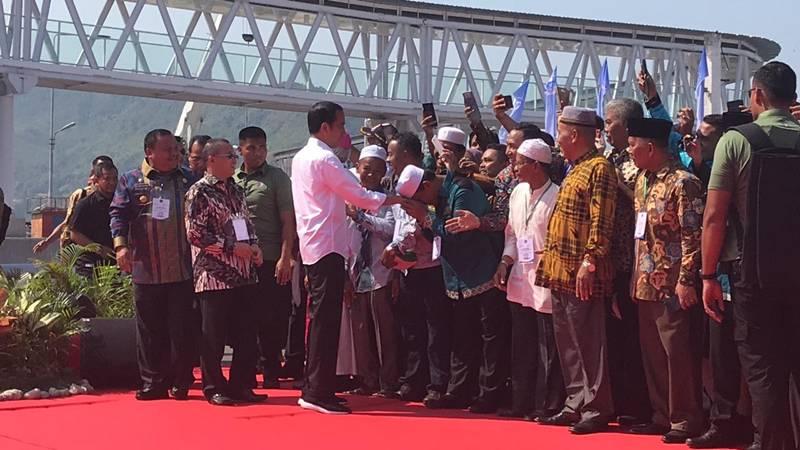 Presiden Jokowi (bersalaman) saat melakukan kunjungan ke Sibolga, Sumatra Utara. - Bisnis/Abdi Amna