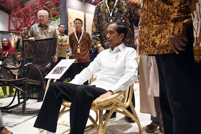 Presiden Joko Widodo mencoba kursi saat meninjau pameran International Furniture Expo (IFEX) 2019 di Jakarta, Rabu (13/3/2019). - ANTARA/Akbar Nugroho Gumay