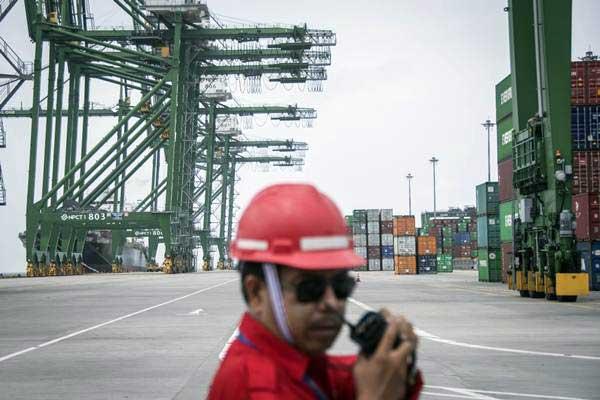 Petugas beraktivitas di New Priok Container Terminal (NPCT), Kali Baru, Cilincing, Jakarta, Senin (5/2). PT Pelabuhan Indonesia II atau IPC untuk kinerja tahun 2018 menargetkan pendapatan usaha naik 11.02%./ANTARA FOTO - Aprillio Akbar