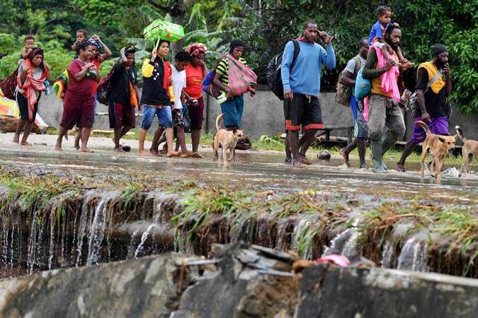 Warga mengungsi akibat banjir bandang di Sentani, Jayapura, Papua, Senin (18/3/2019). - ANTARA/Zabur Karuru