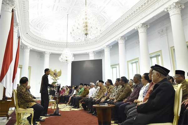 Presiden Joko Widodo saat bertemu tokoh-tokoh agama yang tergabung dalam Asosiasi Forum Kerukunan Umat Beragama. - Antara/Puspa Perwitasari