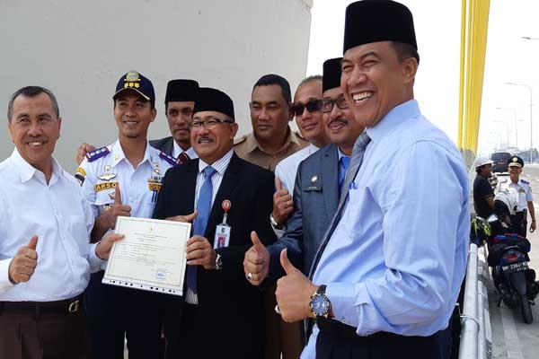 Gubernur Riau Syamsuar (kiri) bersama jajaran Forkompinda menunjukkan sertifikat layak operasi dari Menteri PUPR untuk Jembatan Siak IV Pekanbaru. Setelah dibuka untuk umum, pemprov akan mengembangkan kawasan sekitar jembatan dengan konsep waterfront city Pekanbaru. JIBI - Arif Gunawan