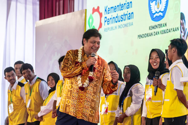 Menteri Perindustrian Airlangga Hartarto (tengah) berdialog dengan perwakilan siswa diklat pendidikan vokasi di sela-sela Peluncuran Program Pendidikan Vokasi Tahap II antara industri dengan SMK untuk wilayah Jateng-DI Yogyakarta di Demak, Jawa Tengah, Kamis (28/2/2019). - ANTARA