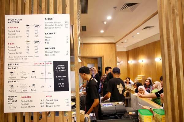 Pembeli memesan makanan saat grand opening EATLAH di Gandaria City, Jakarta, Jumat (3/8/2018). - JIBI/Abdullah Azzam