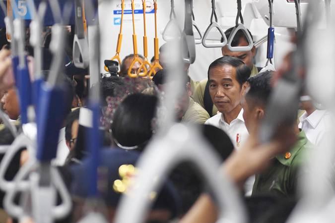 Presiden Joko Widodo mencoba moda transportasi MRT dari Stasiun Bundaran HI-Lebak Bulus, di Jakarta, Selasa (19/3/2019). - ANTARA/Akbar Nugroho Gumay