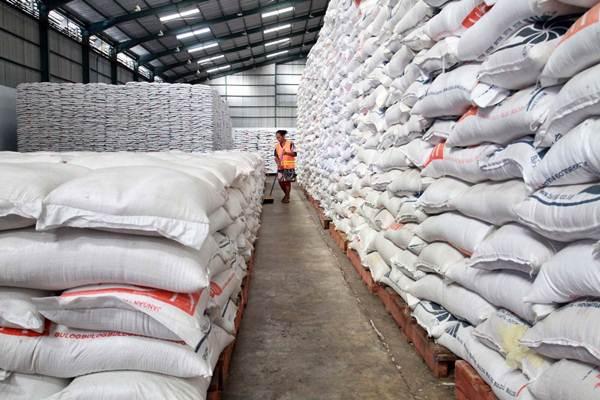 Ilustrasi: Pekerja menjalankan tugas kebersihan di salah satu gudang beras milik Perum Bulog. - Bisnis/Paulus Tandi Bone