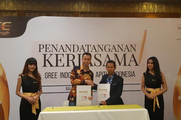Ethan Wu, CEO Gree Indonesia (batik kuning) dan Ketua Umum Apitu Moch. Zainul Arifin (jas hitam) dalam penandatangan kerja sama antara Gree dan Apitu, di Jakarta, Selasa (19/3/2019). - Bisnis.com, AnS
