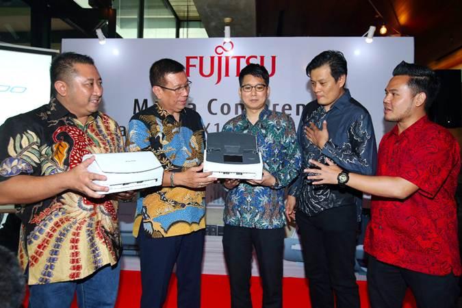 Presdir PT Fujitsu Indonesia Odi Susilo Handoko (kedua kiri) berbincang dengan Head of Commercial & Clients Group Joni Irwanto (dari kiri), Manager, Product Sales Division PFU Asia Pacific Pte, Ltd. Sunao Takumi, Director PT Prisma Teknologi Informatika Feri Santosa dan Scanner Product Manager PT Fujitsu Indonesia Geotama Riamputra di sela-sela peluncuran scanner Fujitsu ScanSnap iX1500 di Jakarta, Selasa (19/3/2019). - Bisnis/Abdullah Azzam