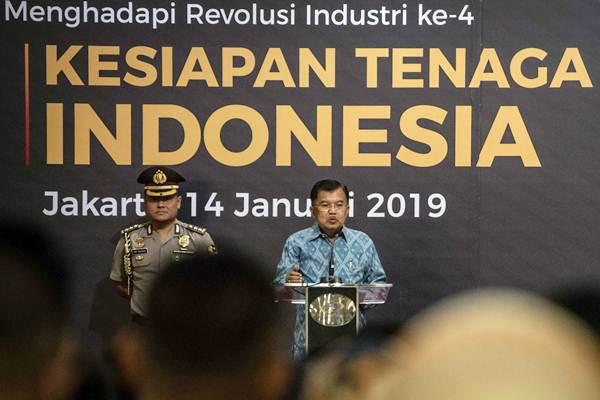Wakil Presiden Jusuf Kalla (kanan) menjadi pembicara dalam Seminar dan Dialog Nasional Penyiapan Sumber Daya Manusia Indonesia Menghadapi Revolusi Industri ke-4 di Jakarta, Senin (14/1/2019). - ANTARA/Aprillio Akbar