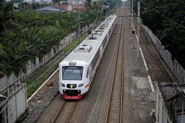 Kereta Api Bandara melintas di jalur perlintasan kereta di Tangerang, Banten, Senin (19/3). - Bisnis/Jody Kinarwan