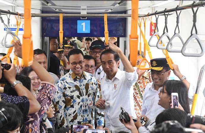 Presiden Joko Widodo (kedua kanan) didampingi Gubernur DKI Jakarta Anies Baswedan (kedua kiri) Menko PMK Puan Maharani (kiri) dan Menteri Perhubungan Budi Karya Sumadi (kanan) mencoba moda transportasi MRT dari Stasiun Bundaran HI-Lebak Bulus-Bundaran HI di Jakarta, Selasa (19/3/2019). - ANTARA/Akbar Nugroho Gumay