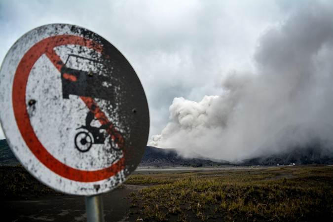 Abu vulkanis menyembur keluar dari kawah Gunung Bromo, Probolinggo, Jawa Timur, Jumat (15/3/2019). - ANTARA FOTO/Umarul Faruq