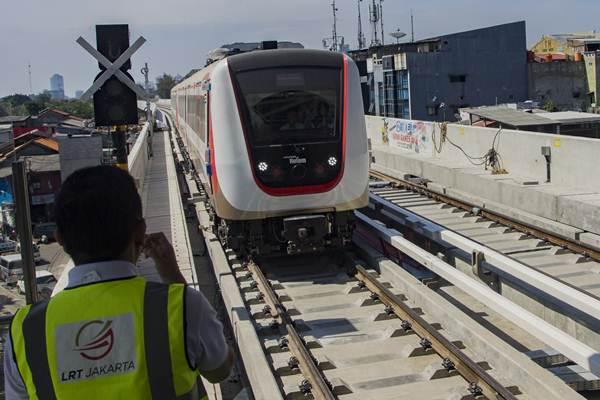 Kereta api ringan atau light rail transit (LRT) memasuki Stasiun Velodrome Rawamangun saat uji coba operasi terbatas LRT, di Jakarta, Senin (10/9/2018). - ANTARA/Galih Pradipta