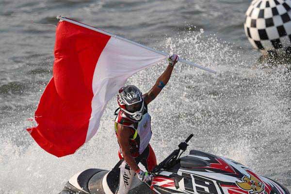 Atlet jetski Indonesia Aqsa Sutan Aswar ketika meraih medali emas di Asian Games 2018 di Jakarta pada Agustus tahun lalu. - Reuters/Athit Perawongmetha
