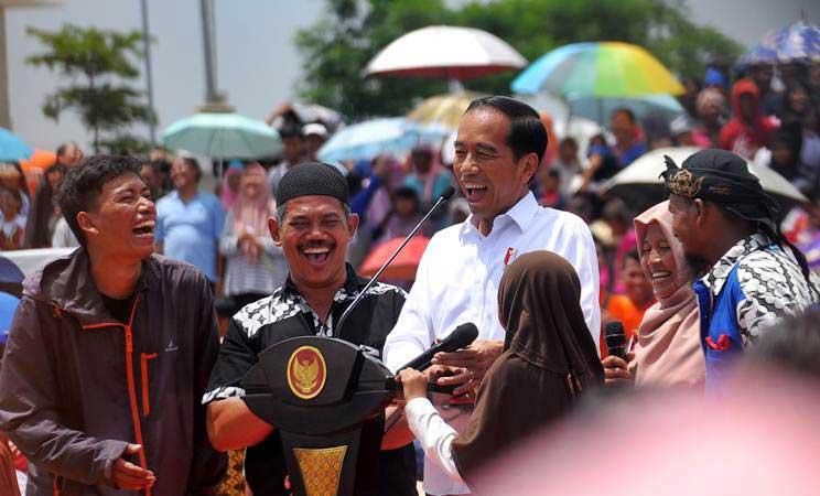 Presiden Joko Widodo berdialog dengan pedagang Mie dan Bakso saat menghadiri acara Gebyar Bakso Merah Putih, di Cikarang, Jawa Barat, Minggu (3/3/2019). - ANTARA/Ariesanto