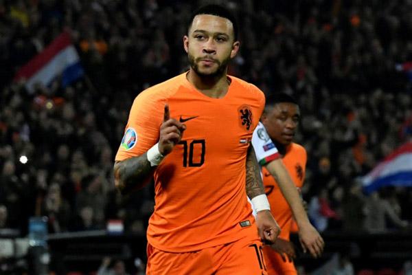 Penyerang Timnas Belanda Memphis Depay setelah mencetak gol ketiga timnya, atau gol keduanya, ke gawang Belarusia. - Reuters/Piroschka van de Wouw