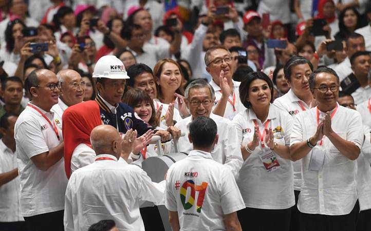Calon Presiden no urut 01 Joko Widodo (keempat kiri) menghadiri Deklarasi pengusaha pekerja pro Jokowi (Kerjo) di Istora Senayan, Jakarta, Kamis (21/3/2019). - ANTARA/Akbar Nugroho Gumay