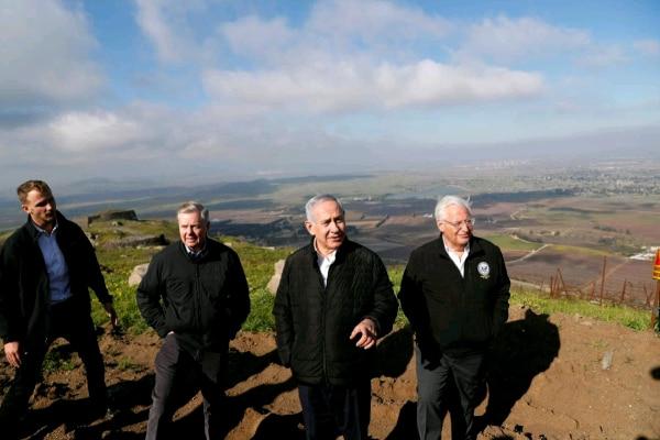Perdana Menteri Israel Benjamin Netanyahu (kedua kanan) saat mengunjungi Dataran Tinggi Golan pada awal Maret 2019. - Reuters/Ronen Zvulun