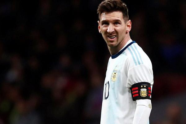 Lionel Messi terlihat kecewa setelah Argentina dikalahkan Venezuela. - Reuters/Juan Medina
