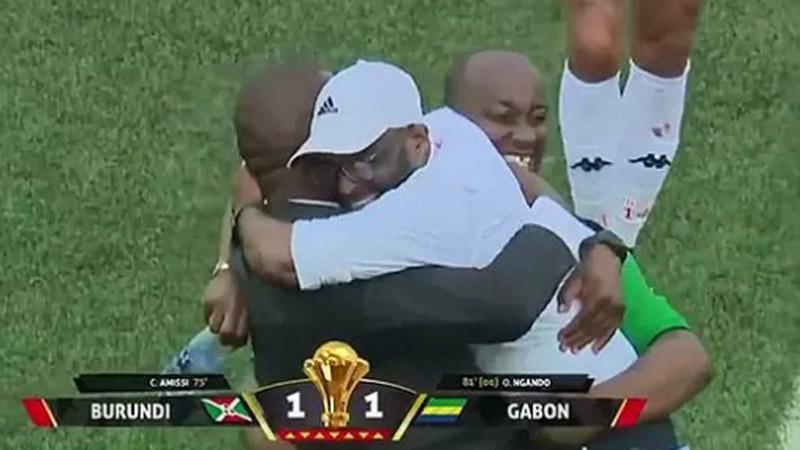 Pelatih Burundi Olivier Niyungeko (tengah) merakan tim asuhannya lolos ke putaran final Piala Afrika 2019. - iol.co.za