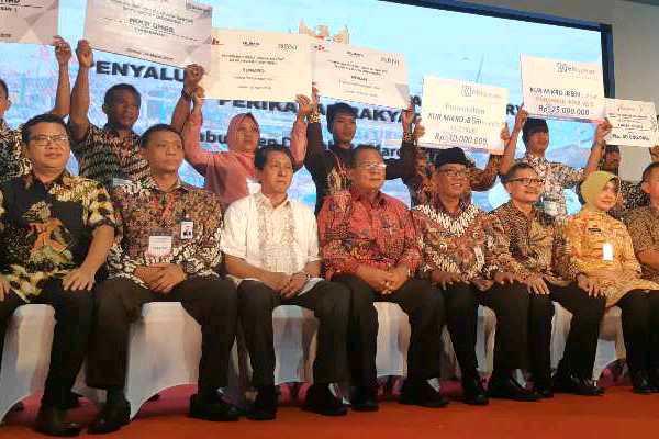 Menteri Koordinator Bidang Perekonomian Darmin Nasution berfoto bersama peserta peluncuran KUR Perikanan di Demak, Minggu (24 - 3).
