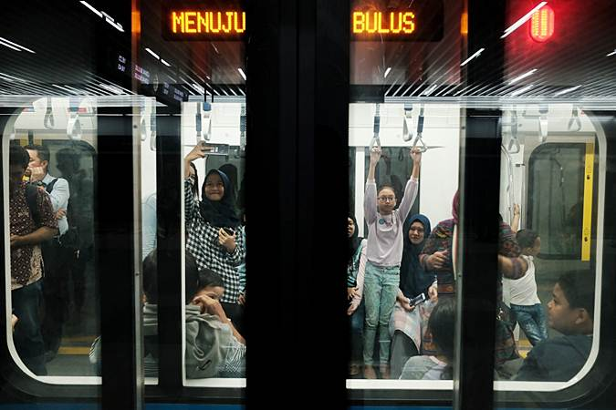 Warga ikut dalam uji coba publik pengoperasian Mass Rapid Transit (MRT) koridor Bundaran HI - Lebak Bulus di Jakarta, Jumat (22/3/2019). - Bisnis/Felix Jody Kinarwan