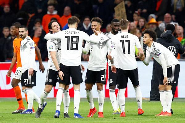 Skuat Jerman merayakan kemenangan atas Belanda di Amsterdam. - Reuters/Francois Lenoir