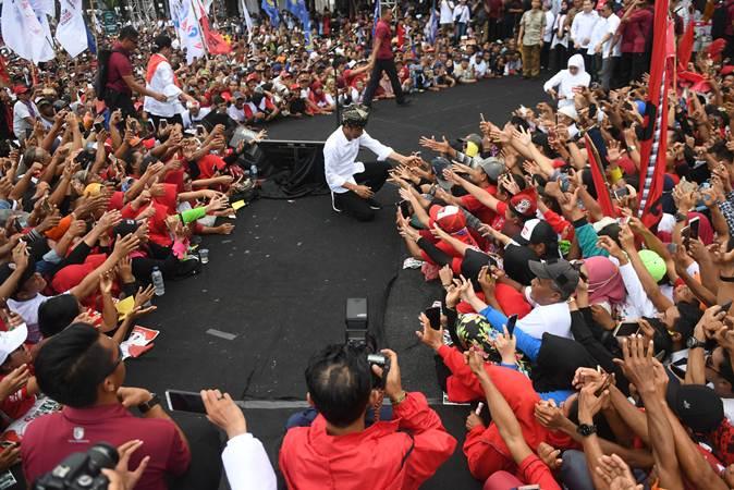 Calon Presiden petahana nomor urut 01 Joko Widodo (tengah) menyapa pendukungnya saat kampanye terbuka di Banyuwangi, Jawa Timur, Senin (25/3/2019). - ANTARA/Akbar Nugroho Gumay