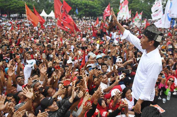Calon Presiden petahana nomor urut 01 Joko Widodo menyapa pendukungnya saat kampanye terbuka di Banyuwangi, Jawa Timur, Senin (25/3/2019). - ANTARA/Akbar Nugroho Gumay