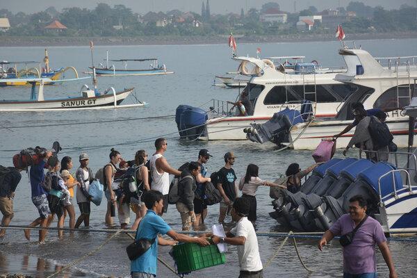 Sejumlah warga dan wisatawan antre menaiki kapal cepat di Pantai Sanur, Denpasar, Bali, Rabu (6/3/2019). - Antara/Fikri Yusuf