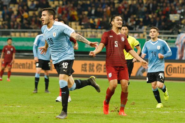 Maxi Gomex (18) mencetak gol keempat Uruguay ke gawang Thailand. - Twitter@uruguay