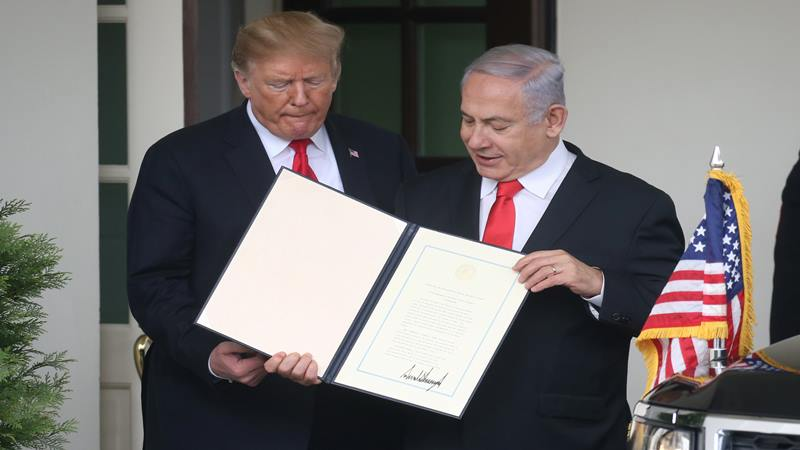 Presiden AS Donald Trump berada di sebelah Perdana Menteri Israel Benjamin dalam upacara penandatanganan proklamasi yang mengakui kedaulatan Israel atas Dataran Tinggi Golan di Ruang Penerimaan Diplomatik di Gedung Putih di Washington, AS, 25 Maret 2019. - Reuters