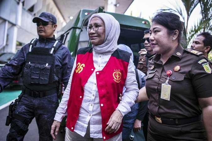 Terdakwa kasus dugaan penyebaran berita bohong atau hoaks, Ratna Sarumpaet (tengah) bersiap mengikuti sidang lanjutan di PN Jakarta Selatan, Jakarta, Selasa (26/3/2019). - ANTARA/Aprillio Akbar