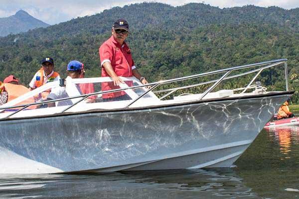Menteri PUPR Basuki Hadimuljono (kanan) meninjau Danau Rawa Pening, Kabupaten Semarang, Jawa Tengah, Kamis (14/9). - ANTARA/Aji Styawan