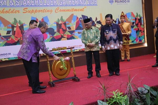 Jajaran Direksi PT Ambapers dan Pemerintah Provinsi Kalsel memukul gong tanda diluncurkannya Program PPA berbasis online. - Bisnis/Arief Rahman