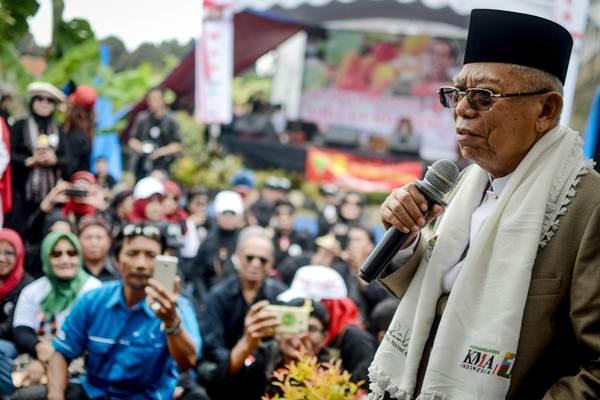 Calon Wakil Presiden nomor urut 01 Maruf Amin memberikan pidato politiknya kepada relawan Jokowi-Maruf Amin saat kampanye di Desa Cigugur Girang, Parongpong, Kabupaten Bandung Barat, Jawa Barat, Minggu (20/1/2019). - ANTARA/Raisan Al Farisi