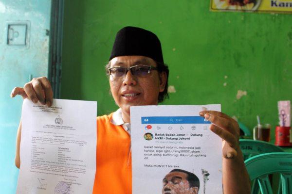 Wakil Ketua Tim Koalisi Pemenangan Jokowi-Maruf Sragen, Fathurrohman, menunjukan bukti laporan dan salinan akun Facebook yang menghina Presiden Jokowi kepada wartawan di R.M. Sin Sragen, Selasa (26/3/2019). (Solopos - Tri Rahayu)