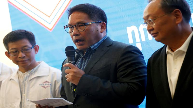 Uttama Savanayana, Pemimpin Partai Palang Pracharat, mengadakan konferensi pers saat pemilihan umum di Bangkok, Thailand, 25 Maret 2019 - Reuters